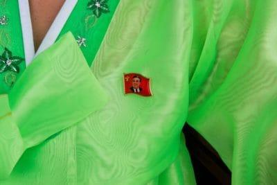 Femmes guides portent la tenue traditionnelle corenne handbok, badge obligatoire de Kim Il Sung.
