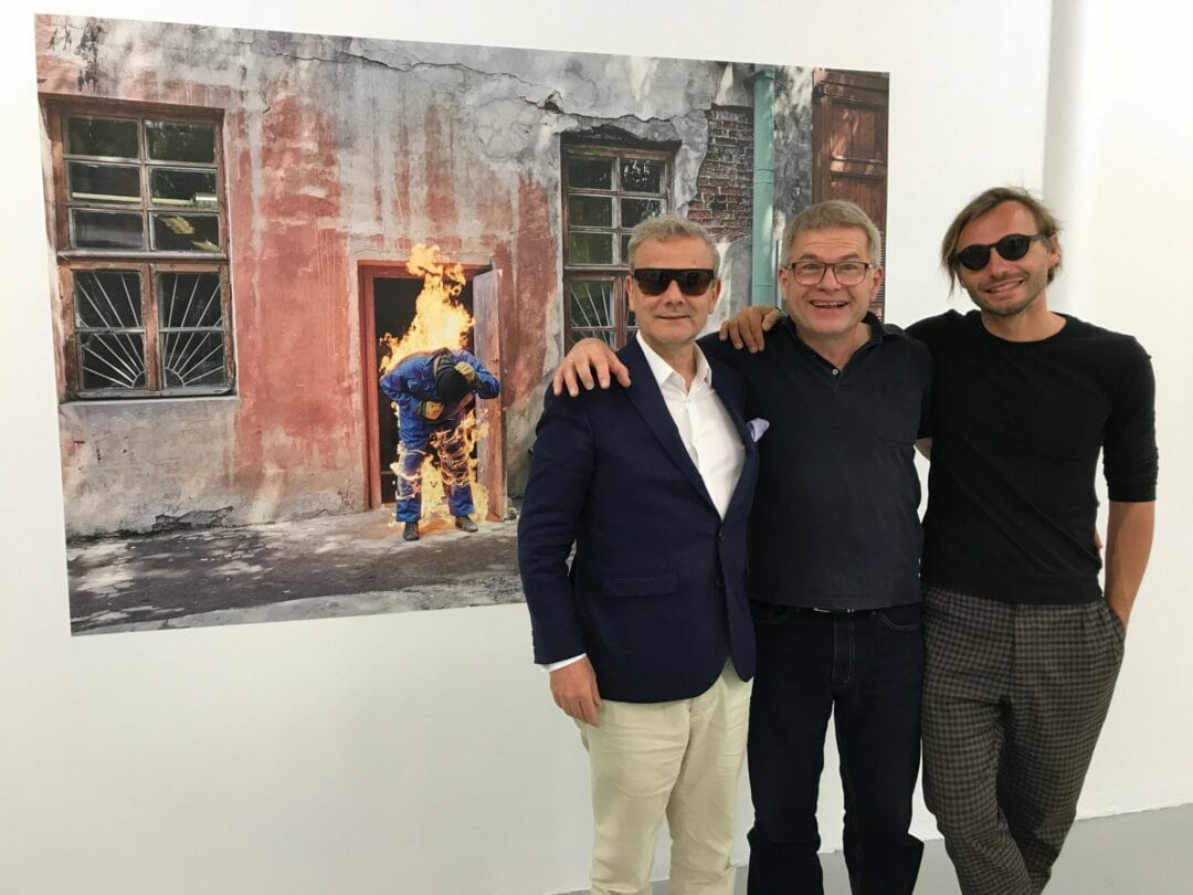#FotoFestiwal in #Lotdz (Poland) the artistic master #KrzysztofCandrowicz with the great leader of Photobooks Dieter Neubert and Pierre Bessard in front of #MartinKollar exhibition.@elyseemusee Lydia Dorner Holly Roussell