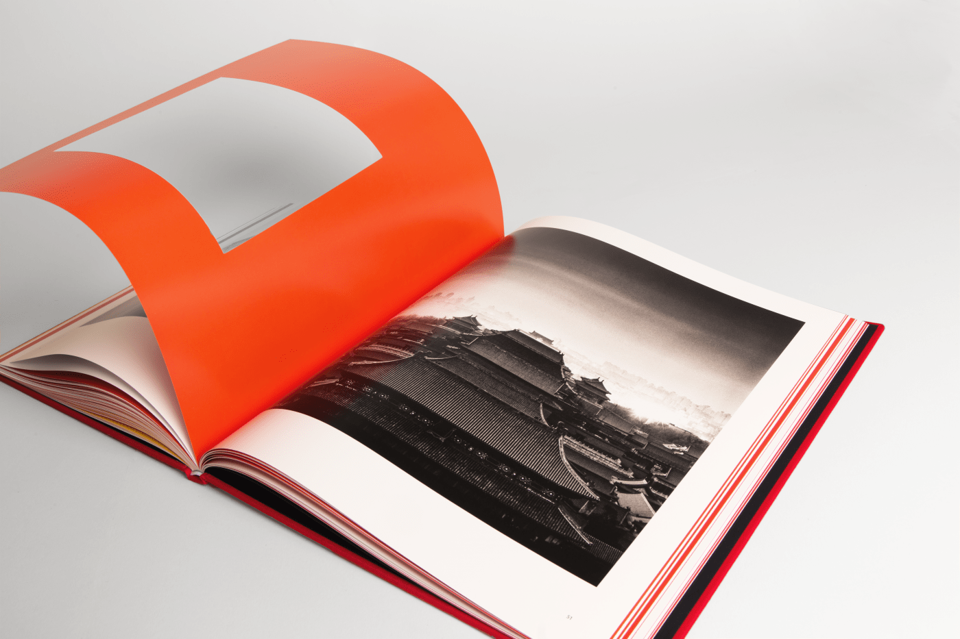 #MichaelKenna, #OneSundayInBeijing (mon hommage à #ChrisMarker) Limited Edition of 700 copies, 350 with a yellow cover, 350 with a red cover, each with a lenticular cover and a 18cm x 19cm colour c-print enclosed in the book (souvenir of Beijing from the artist), note that each colour will come with a different print.Size book 290mm X 310 mm #HappyPublisher IS LEFT 64 red copies…